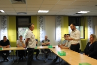 Einer der Industriemeister-Kurse überreicht Uwe Döhler ein Geschenk als Dank für die Unterstützung während der Fortbildung